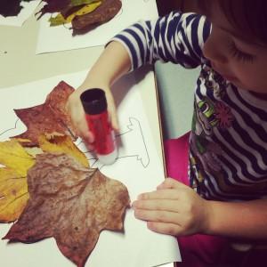giocare con le foglie